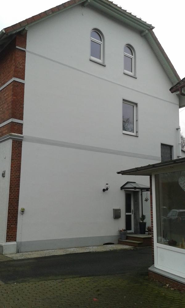 Hauswand und Zugang zum Treppenhaus für das OG und DG