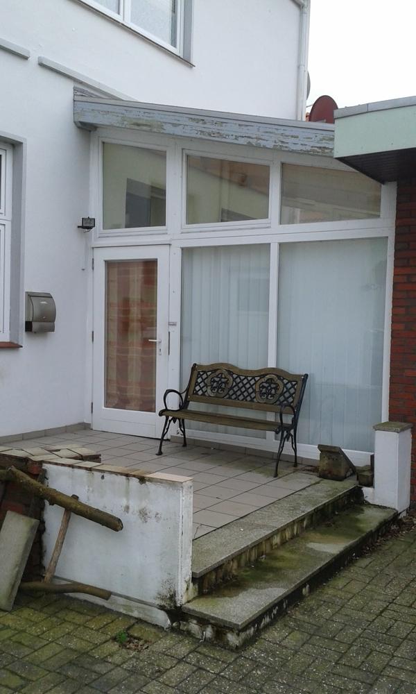 Terrasse und Eingang zur EG Wohnung durch den Wintergarten