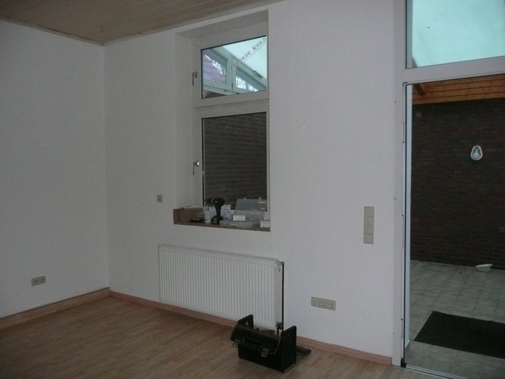 Wohnzimmer mit Fenster und Tür zum Wintergarten EG